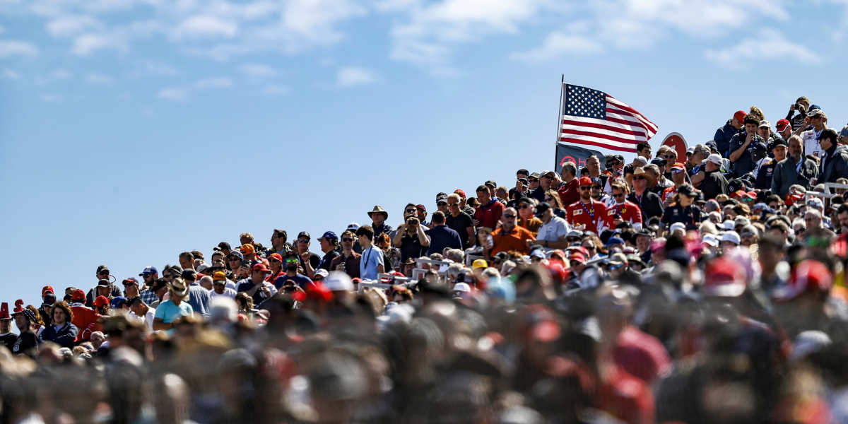 Packed grandstands await the start of the united states f1 at circuit of the americas